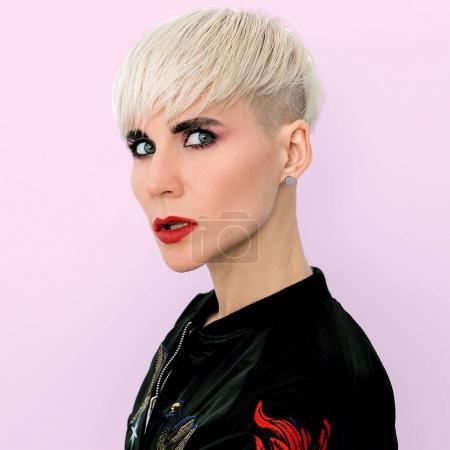 Photo pour Modèle blonde avec une coupe de cheveux courte fashion style Tomboy - image libre de droit