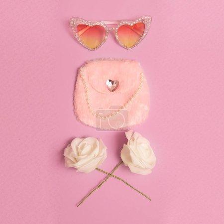 Photo pour Accessoires mode pour lunettes de soleil Lady Retro Heart, embrayage. Vibes de mariage roses d'époque - image libre de droit