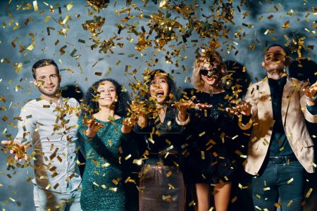 Photo pour Groupe d'amis qui aiment faire la fête, danser et lancer des confettis. Concept de célébration - image libre de droit