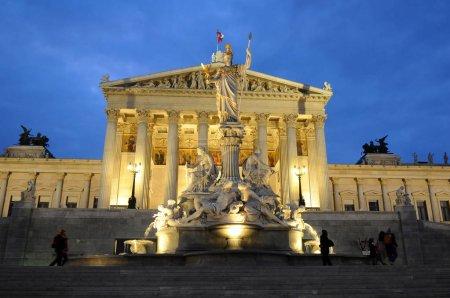 Photo pour Bâtiment du Parlement autrichien et la fontaine d'Athena, Vienne, Autriche - image libre de droit