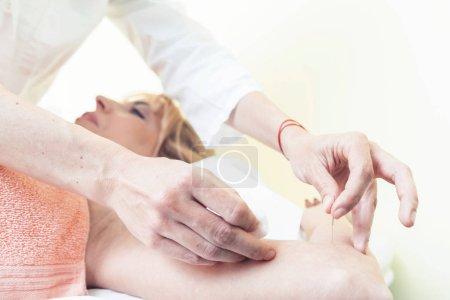 Photo pour Fermer l'image des mains avec concept acupuncture piquer avec aiguille mince. Photographie avec espace de reproduction - image libre de droit