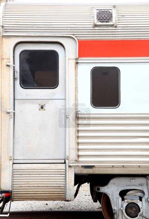 Primer plano de la puerta y la ventana en el compartimiento del tren