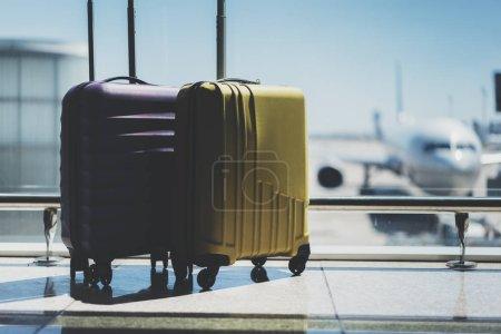 Deux valises dans la salle d'embarquement de l'aéroport