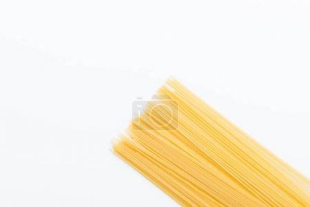 Photo pour Vue de dessus des vermicelles crues pour faire des pâtes isolées sur blanc - image libre de droit