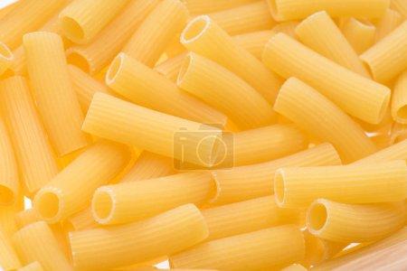 Photo pour Gros plan de petits macaroni crus pour faire des pâtes - image libre de droit