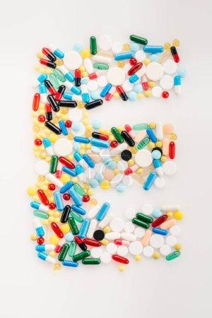 Photo pour Vue du dessus de la lettre E fabriquée à partir de pilules et capsules médicales, concept de médecine et de soins de santé - image libre de droit