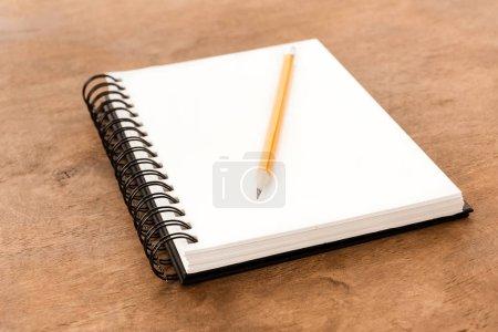 Lápiz y cuaderno en la mesa