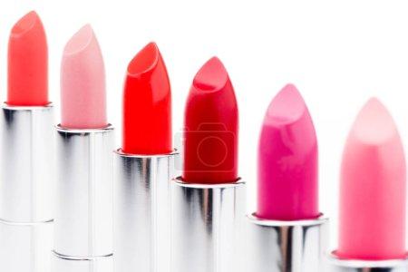 Photo pour Ensemble de rouges à lèvres de couleurs à la mode en rangée isolé sur blanc - image libre de droit