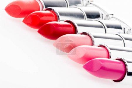 Photo pour Vue rapprochée de l'ensemble des rouges à lèvres à la mode isolés sur blanc - image libre de droit