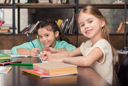 Écoliers qui étudient ensemble