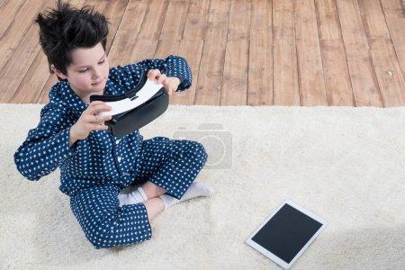 Junge mit Virtual-Reality-Headset