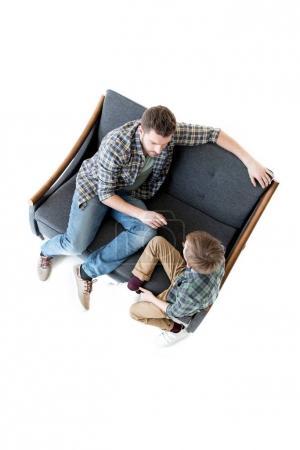 Photo pour Vue de la forte inclinaison du père et fils se quereller, notion de problèmes familiaux - image libre de droit