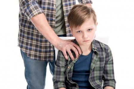Photo pour Photo recadrée de père mettant la main sur l'épaule du fils peu bouleversé, notion de problèmes familiaux - image libre de droit