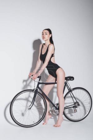 Frau im Body auf Fahrrad