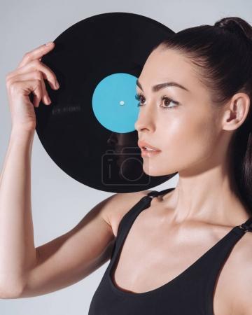 femme avec disque vinyle