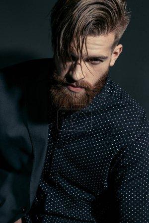 Foto de Retrato de hombre confía guapo elegante en negro - Imagen libre de derechos