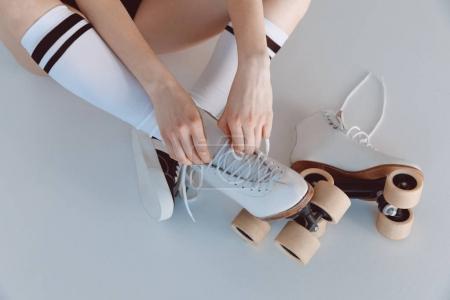 Photo pour Gros plan vue partielle de la fille hipster portant des patins à roulettes isolés sur gris - image libre de droit
