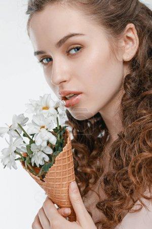 Foto de Retrato de mujer joven atractiva con flores de primavera aislado en blanco - Imagen libre de derechos
