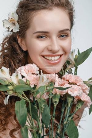 Foto de Retrato de mujer joven atractiva con ramo de flores de primavera aislado en blanco - Imagen libre de derechos