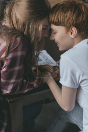 Photo pour Belle jeune lesbienne couple baisers et tenant la main - image libre de droit
