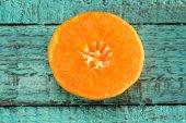 Plátek pomeranče na stole