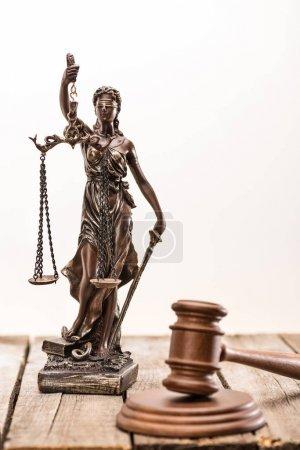 Photo pour Vue rapprochée de la statue de dame justice et maillet, concept de droit - image libre de droit
