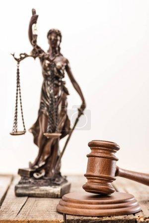 Photo pour Statue de Dame justice et d'un maillet sur table en bois, la notion de droit - image libre de droit