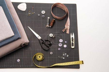 Photo pour Vue rapprochée du textile et des fournitures de couture isolées sur gris - image libre de droit
