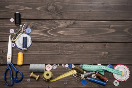 Photo pour Vue de dessus d'ensemble des diverses fournitures de couture sur la surface en bois - image libre de droit