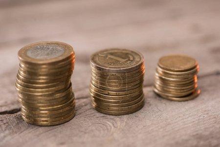 Photo pour Piles de pièces de monnaie sur la table en bois, tas de concept de pièces - image libre de droit