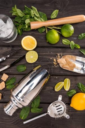 Photo pour Vue de dessus des ingrédients et des ustensiles de cocktail mojito sur le dessus de table en bois, concept de boissons cocktail - image libre de droit