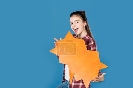 Photo pour Adolescente heureuse holding bulle de dialogue vide isolé sur bleu - image libre de droit
