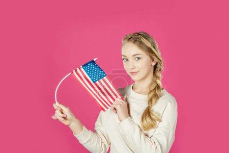 Photo pour Belle adolescente avec drapeau usa isolé sur rose - image libre de droit