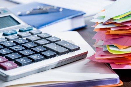 Photo pour Vue rapprochée de la calculatrice, du bloc-notes et des fournitures de bureau sur le lieu de travail - image libre de droit