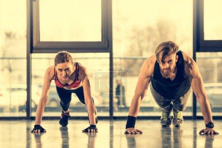 Hombre y mujer haciendo ejercicio de tablón
