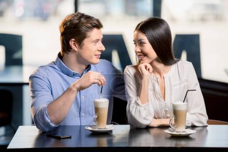 Photo pour Beau jeune couple heureux amoureux au rendez-vous romantique au restaurant - image libre de droit
