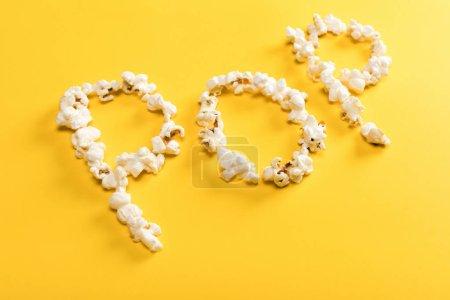 Photo pour Lettrage pop fabriqué à partir de grains de maïs sur fond jaune - image libre de droit