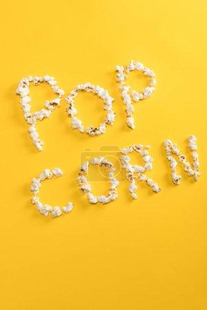Photo pour Vue de dessus du Pop corn lettrage fabriqués à partir de grains de maïs jaune - image libre de droit