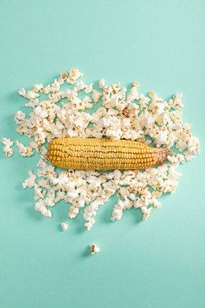 Photo pour Vue de dessus de maïs entiers et les grains de maïs sur bleu - image libre de droit