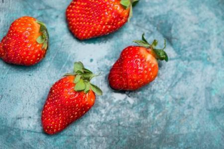 Photo pour Vue du dessus des fraises rouges mûres entières sur le dessus de la table, concept de vue du dessus des baies - image libre de droit