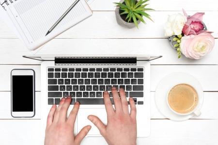 Foto de Vista parcial de primer plano de persona escribiendo en la computadora portátil en el lugar de trabajo - Imagen libre de derechos