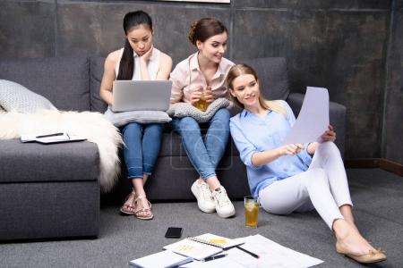 Foto de Concentración empresaria con laptop y colegas hablar de proyecto - Imagen libre de derechos