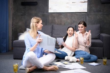 Foto de Plan de empresarias usando laptop mientras trabajan juntos en negocio - Imagen libre de derechos