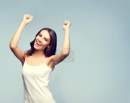 Photo pour Portrait d'une jeune femme souriante aux gestes joyeux, avec espace de copie vierge pour slogan ou message texte. Modèle brune caucasien dans le concept émotionnel studio shoot . - image libre de droit