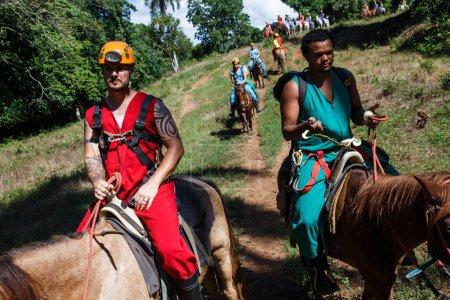 Photo pour Touristes ayant à cheval en forêt - image libre de droit