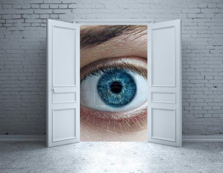 Intérieur brique avec porte ouverte et les yeux bleu abstrait. Concept de vision
