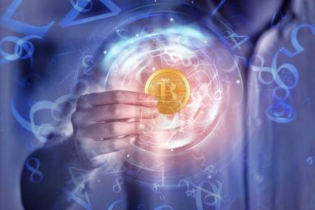 Photo pour Main tenant abstraite Bitcoin numérique d'or sur fond flou. Concept de crypto-monnaie et de finance. Double exposition - image libre de droit