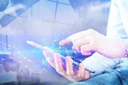 Photo pour Gros plan de la main à l'aide d'une tablette avec hologramme commercial numérique abstrait. Technologie, innovation et concept de réseau. Double exposition - image libre de droit