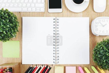 Photo pour Vue de dessus de la table de bureau en bois avec bloc-notes vide, autres fournitures, appareils et articles. Maquette-toi. Concept éducation et connaissance - image libre de droit