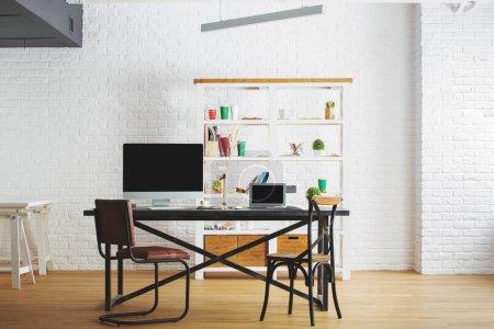 Photo pour Entreprise loft brique intérieur avec milieu de travail, mobilier, équipement et plancher en bois. Maquette et copier l'espace - image libre de droit